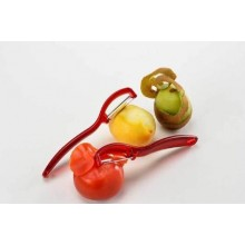 Dispozitiv pentru decojit fructe si legume cu lama mobila zimtata